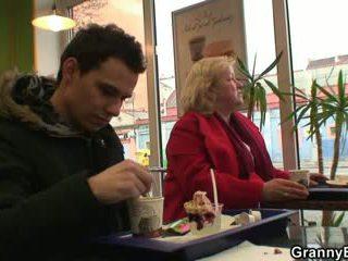 Cock-hungry močiutė gets pounded