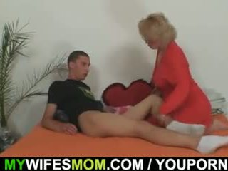 Mother-in-law fucks 彼女の 息子 で 法律