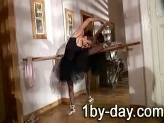 Luscious bailarina masturbates