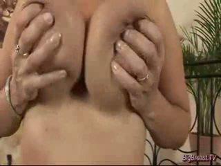 Breasty dame masturbação