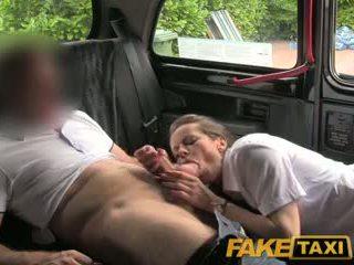 Faketaxi sexy bruneta middle staré ženy v pančucha a suspenders