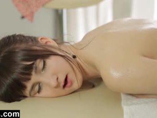 Massage therapist gets ein handjob reward