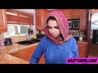 Hijabi गर्ल ada has को चूसना डिक और obey