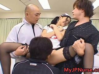 Aino kishi asiatisk sykepleier spreads henne ben
