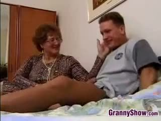 Stará mama gets fucked podľa grandson v zákon