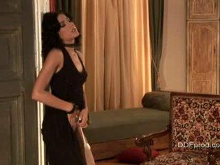Bruneta sexytie anita pearl stripping a pózování ji sexy tělo