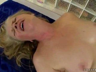 جدة gets مارس الجنس بواسطة شاب masseur
