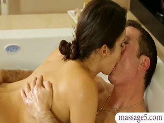 Tettona masseuse valentina nappi gives massaggio e scopata
