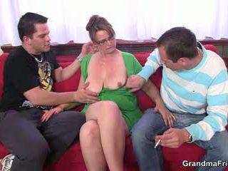 Two guys are follando caliente mamá