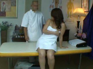 Jung ehefrau reluctant orgasmus während gesundheit massage
