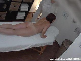 Rinnakas milf gets perses jooksul massaaž