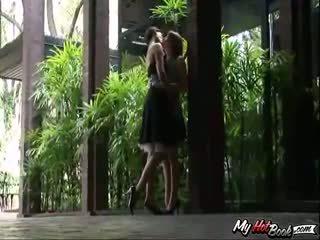 Amo i delila kochanie are sitting outdoors, rozmowa