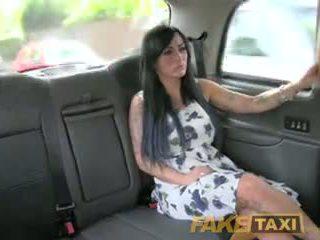 Fake taxi セクシー masseuse gets ファック 上の 車 bonnet
