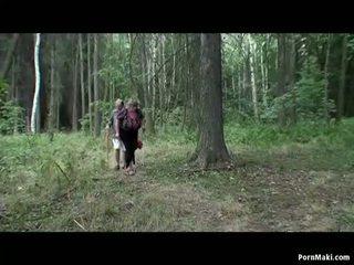 Pechugona abuelita having diversión en la bosque