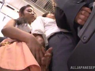 Dissolute orientálne nymph has got laid medzi prsníky onto a vlak