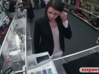 Customers femme baisée en la coulisses de la pawnshop