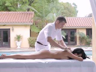 Laimingas masažas therapist už vienas bigtits ponia