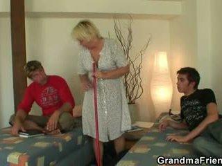 Blonda bunicuta swallows two cocks