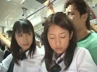 Two schoolgirls χουφτωμένος/η σε ένα λεωφορείο