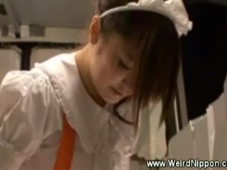 Asijské servírka uses a hračka zatímco serving