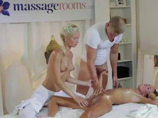 Horký bruneta v trojice s masseurs pár