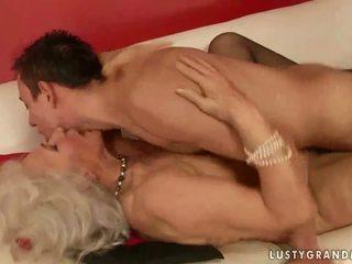 Kuum rinnakas vanaema keppimine a poiss