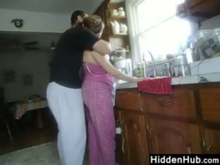 Grasso coppia having sesso in il cucina