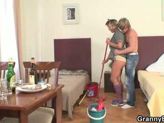 Καθάρισμα γυναίκα rides του καυλωμένος/η καβλί