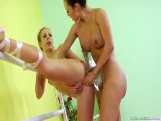 Two ballerina are doing sommige lesbisch voorbinddildo anaal neuken