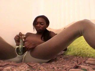 Tempting teen schwarz freundin im weiß nylons aisha anderson rubbing muschi mit ein glas dildo