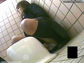 Titkos vécé camera kukkolás lányok masturbation