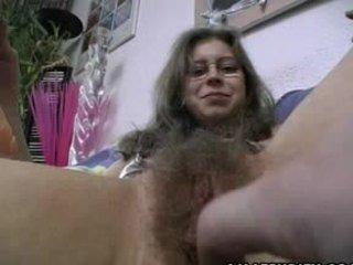 Chlpaté amatérske gets trimmed a oholené