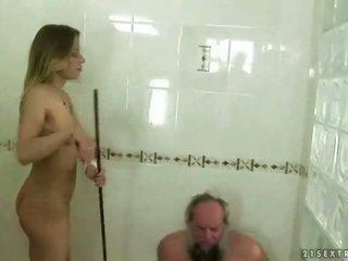 Paauglys punishing senelis