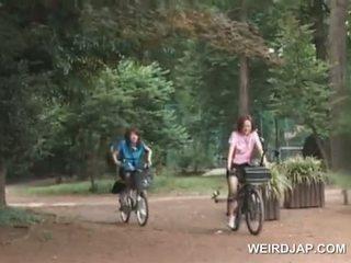 Asiatisch teen sweeties reiten bikes mit dildos im ihre cunts