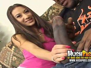 热 小鸡 gets 一 大 黑色 迪克 在 她的 粉红色 的阴户