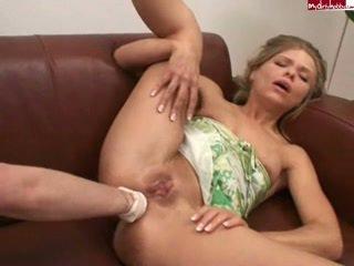 Amatir anal seks dengan memasukkan tangan