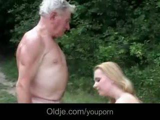巨大 breasted 年轻 懒妇 gives 爷爷 epochal 他妈的