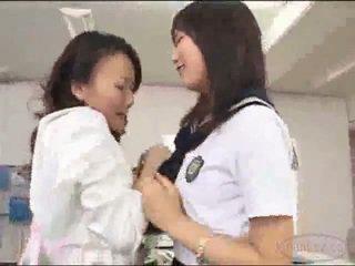 Učitel v sukně getting ji kočička licked stimulated s vibrátor podle školačka na the psací stůl v the schools kancelář