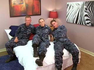 Sexig navy flicka fucks henne sailors