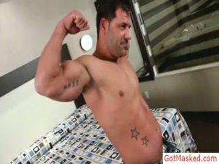 Svalnaté vyzreté guy stripping