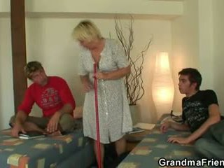 Blonde vieille swallows two cocks
