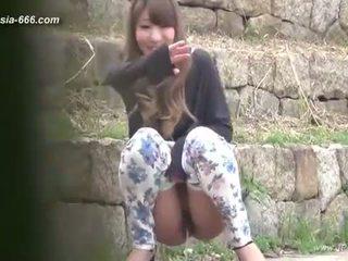 Chinesa meninas ir para toilet.3