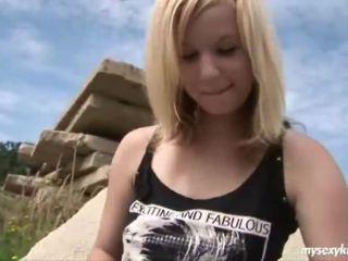 Blondīne onto the rocks