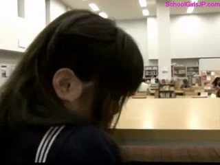 Écolière getting son chatte rubbed à la bibliothèque