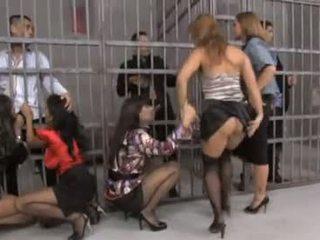 Pekný skupina orgia v väzenie