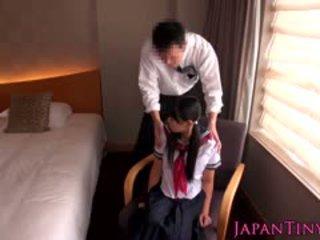Väike jaapani koolitüdruk perses poolt äri mees