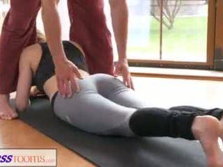 Fitnessrooms flört yoga treyler kız üzerinde japon anne hırsız model