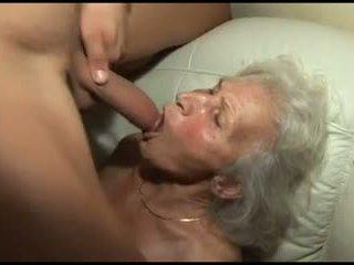 敲打 该 granny's 毛茸茸 的阴户