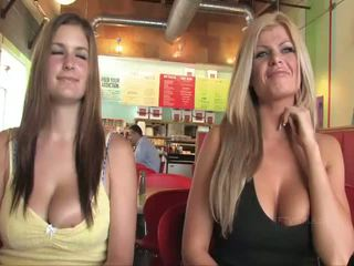 Taryn a danielle busty babes veřejné flashing ňadra