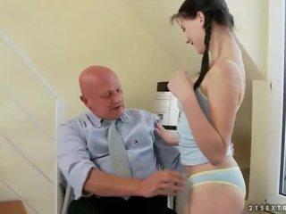 Půvabný dospívající fucks velmi starý dědeček